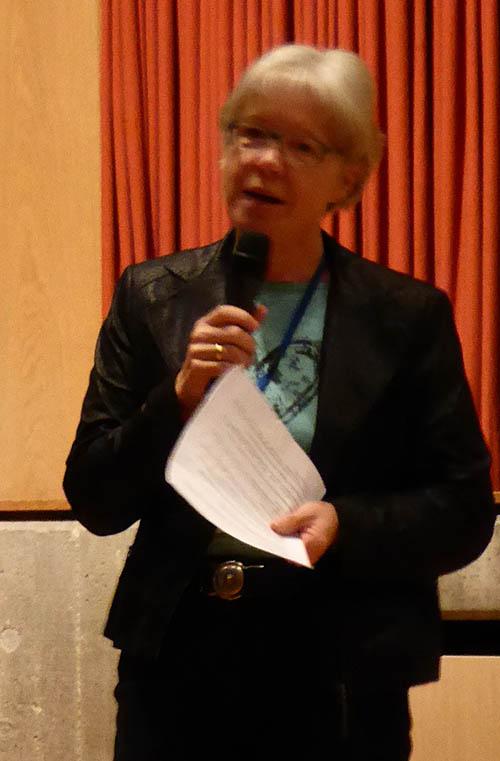 Frau Quackenbrügger, Abteilungsleiterin I, führt durch das bunte Programm und stellt die Schule vor