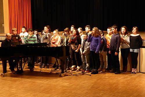 Die Schulhymne, fröhlich vorgertragen von Schüler/innen der Klasse 5a (unserer Musicalklasse)