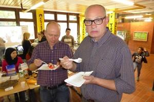 Herr Hohn und Herr Gattke verköstigen Gebäck