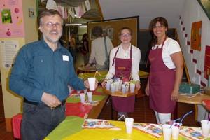 """Herr Koch, der Initiator von """"Zusammenleben gelingt"""" an der Schule, mit Frau Isenberg und Schülerin nehmen einen köstlichen Cocktail zur Erfrischung"""