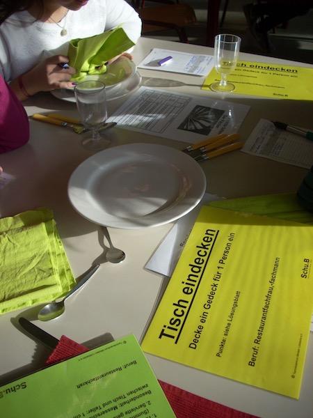 Tisch decken: Berufsfeld Gastronomie