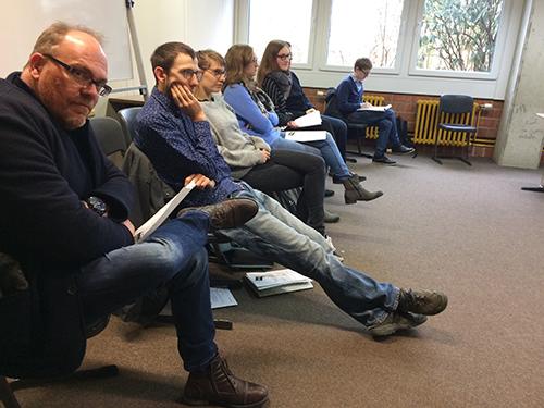 Ganz links ein weiterer Gast, zum ersten Mal zu Besuch bei uns in der Schule: Klaus Ernst, Musiklehrer am Stadtgymnasium und seit kurzer Zeit Fachleiter für Musik. Daneben die Studenten von Prof. Dr. Mascher beim konzentrierten Hospitieren.