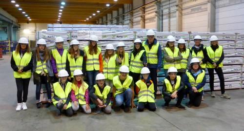 Finnische und deutsche Schüler besuchten die Metsä Wood Fabrik in Punkaharju und ließen sich zeigen, wie Holzstämme zu Spanplatten verarbeitet werden.