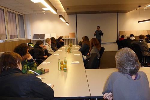 Diese und weitere Informationen erhielt die Klasse bei einer kurzen Einführung von Marcel Büttemeyer im Konferenzraum des Betriebes