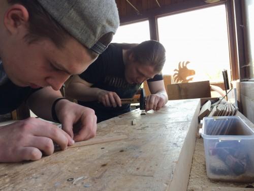 Konzentration beim Einsetzen der Bundstäbchen