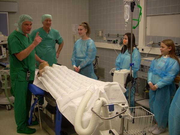 Herr N., Bereichsleitung des medizinischen Servicebereichs und Herr G., Pflegerische Gruppenleitung der Anästhesie, erklären, wie die Überwachung des Patienten während der Narkose funktioniert.