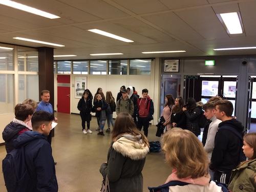 Ein Unterrichtstag im Felix-Fechenbach-Berufskolleg, Begrüßung durch die Schulleitung