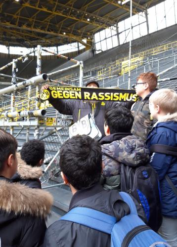 Der BVB-Fanschal wurde vom Klassensprecher Marcel Grundmann entgegengenommen.