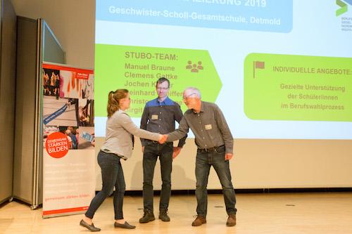 Jochen Köhler und Reinhard Schiffer erhalten das Berufswahlsiegel von Frau Birte Bratengeier, Industrie- und Handelskammer Ostwestfalen zu Bielefeld, überreich