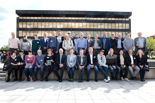 Die Vertreter/innen der ausgezeichneten Schulen aus Lippe vor dem Heinrich-Nixdorf-Forum