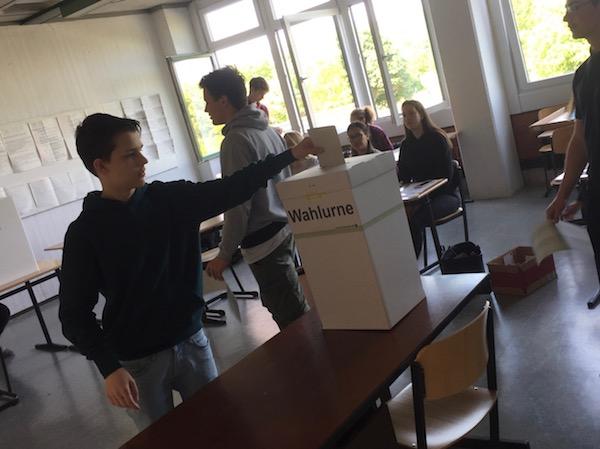Schüler bei der Stimmabgabe im Wahlbüro